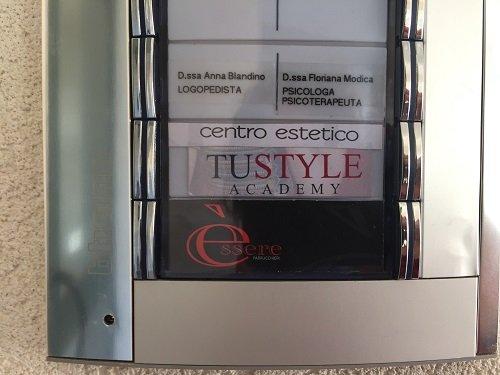 una targhetta con scritto Centro Estetico Tustyle Academy