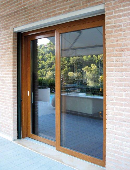 vista di una porta finestra vista dall'esterno in vetro con rifiniture in legno