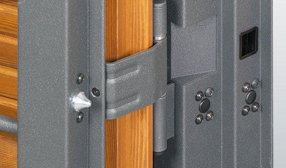 vista delle rifiniture in acciaio e legno di alcuni serramenti