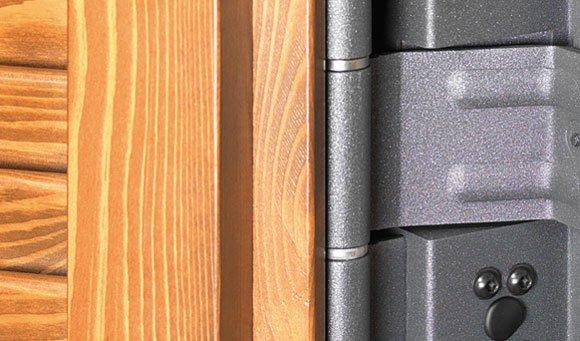 vista ravvicinata delle rifiniture in legno e acciaio dei serramenti