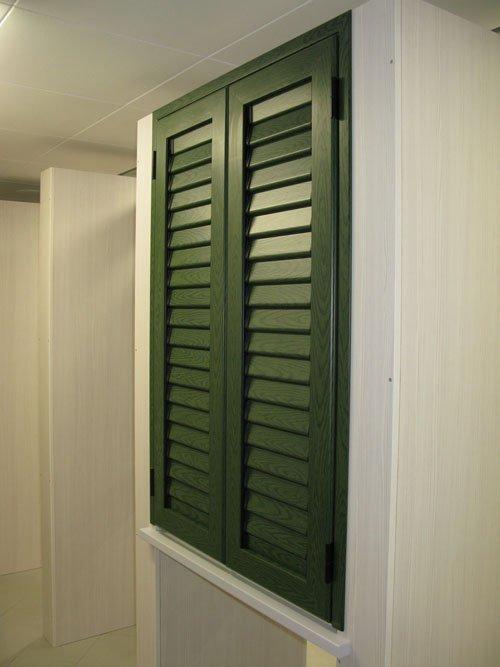 una persiana verde vista dal lato destro