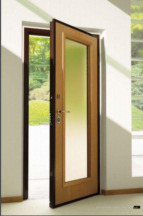 vista di una porta di ingresso di una casa in vetro e legno semi aperta
