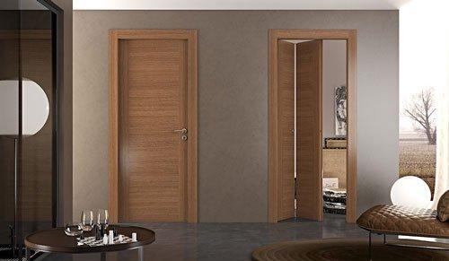 vista di un salotto e di due porte in legno, una chiusa e una semi aperta