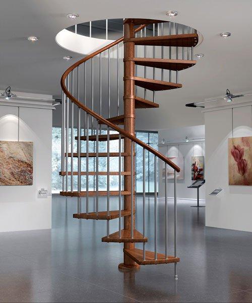 una scala a chiocciola con corrimano e gradini in legno