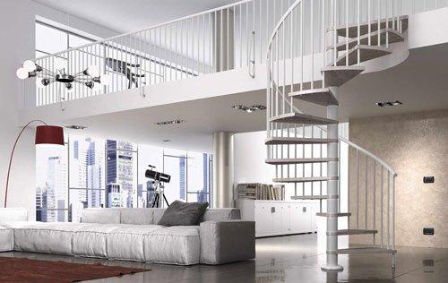 vista del salotto e del piano superiore raggiungibile con una scala a chiocciola di color bianco e dei parapetti color bianco al piano superiore