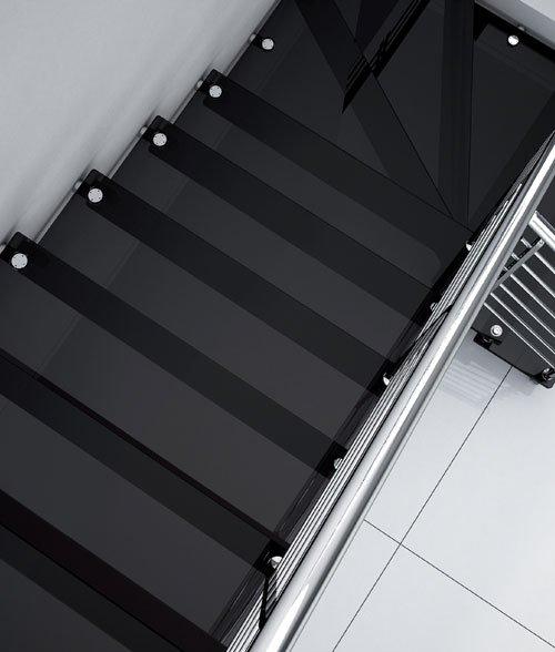 vista dei gradini d'una scala in vetro color nero