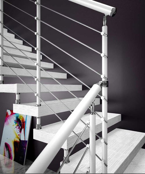 Una Scala curva di legno di color bianco e corrimano in ferro dipinto in bianco