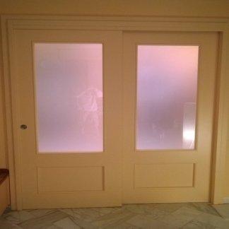 particolare porta scorrevole laccata con vetro