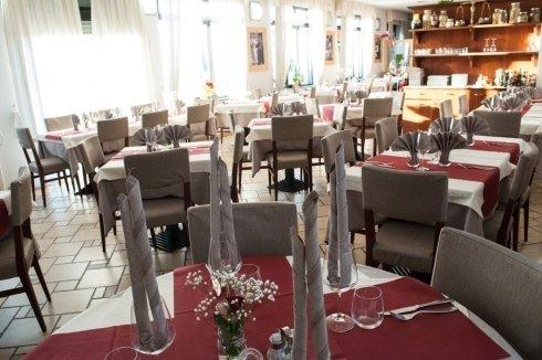 sedie e tavoli all'interno del ristorante