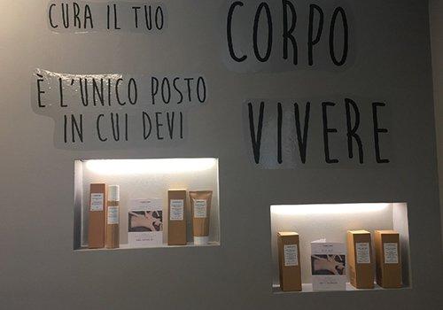 un muro con scritte e con dei prodotti in esposizione