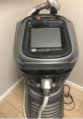 Un macchinario per la depilazione con schermo