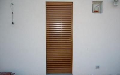 Porta in legno a serrandina