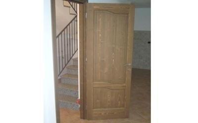 Porta in legno chiaro