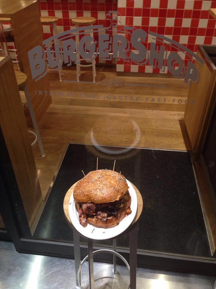 hamburger su di un piatto