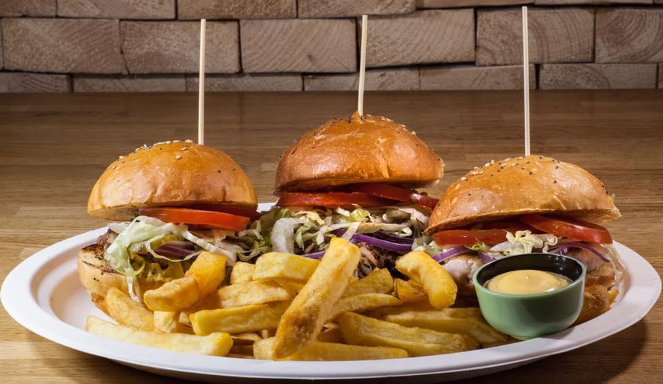 un hamburger con formaggio e bacon
