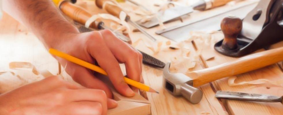 una mano con una manita che unisce due pezzi di legno