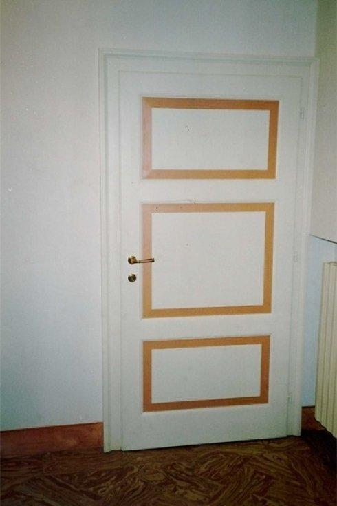 una porta da interno di color bianco