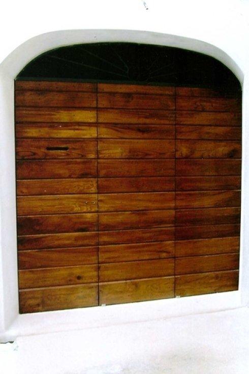 un cancello di un box in legno