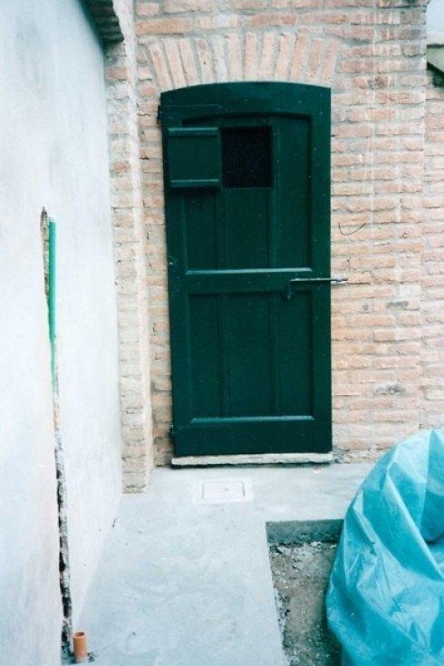una porta da esterno di color verde
