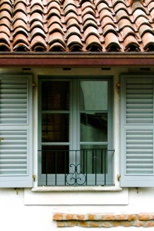 una finestra con delle persiane di color azzurro