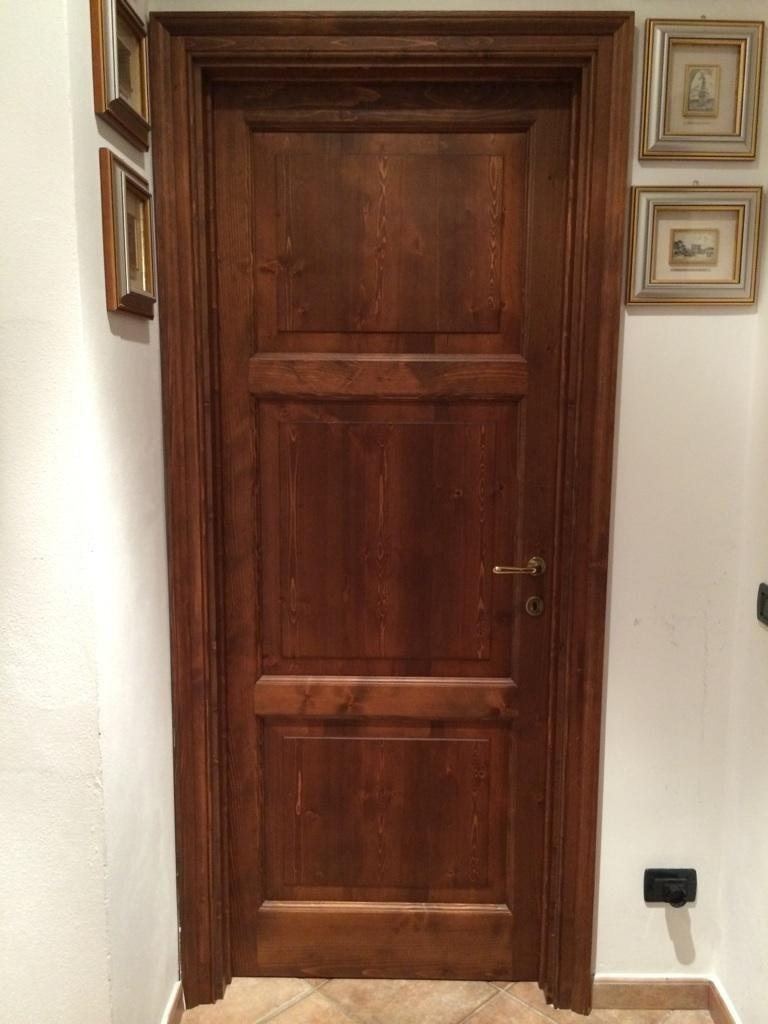 una porta d'ingresso in legno scuro