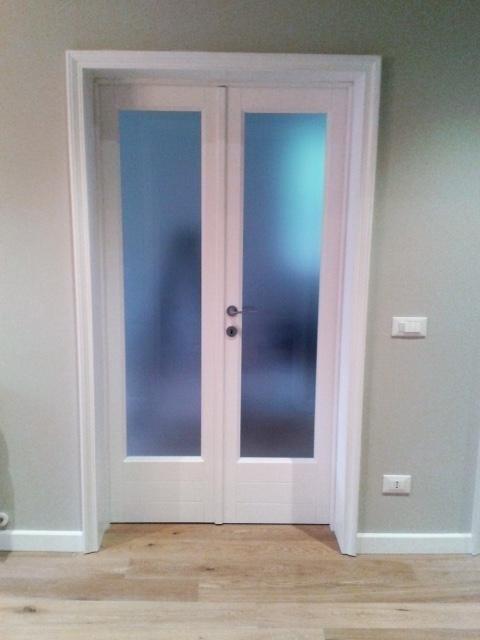 una porta da interno con due pannelli di vetro