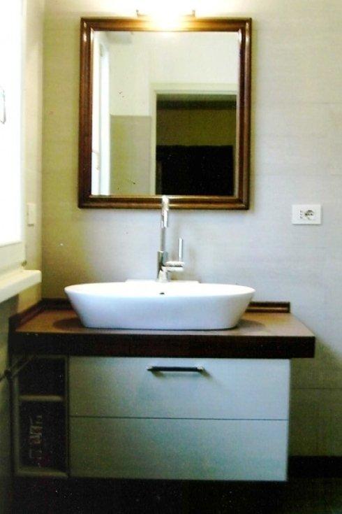 un lavandino con due cassetti di legno di color bianco