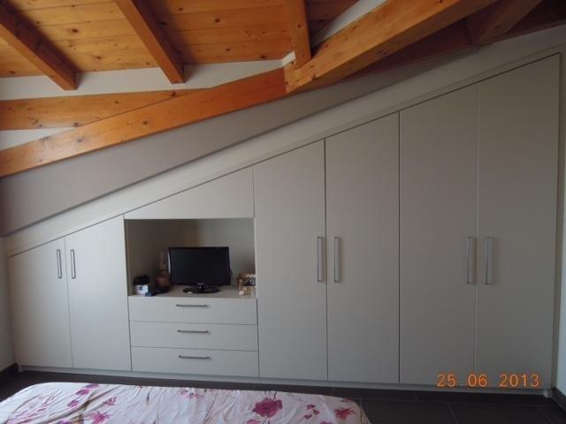 un soffitto in legno e un armadio in legno  di color beige