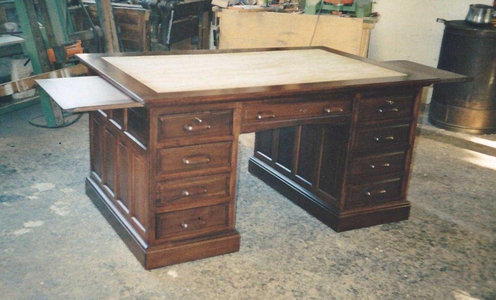 una scrivania in legno e dei cassetti