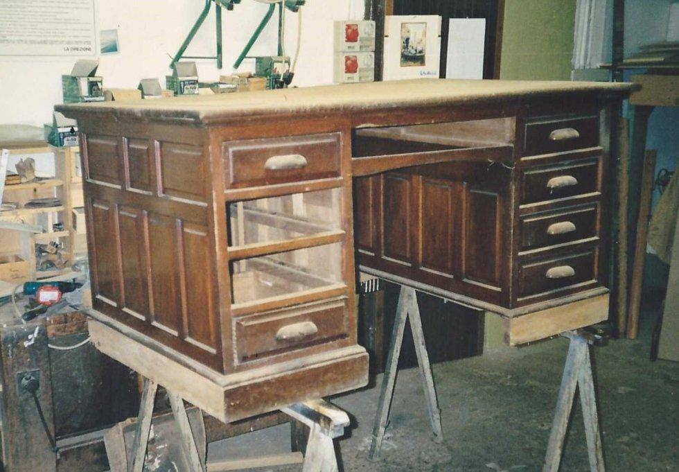 una scrivania in legno in una falegnameria