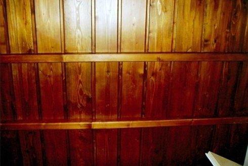 un muro rivestito con delle assi di legno