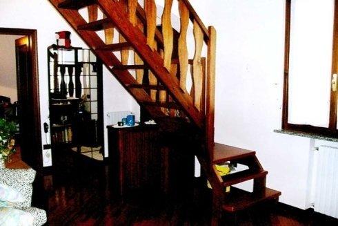 una sala con delle scale in legno
