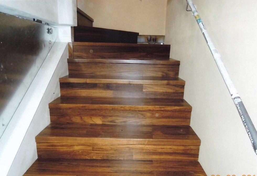 delle scale rivestite in legno