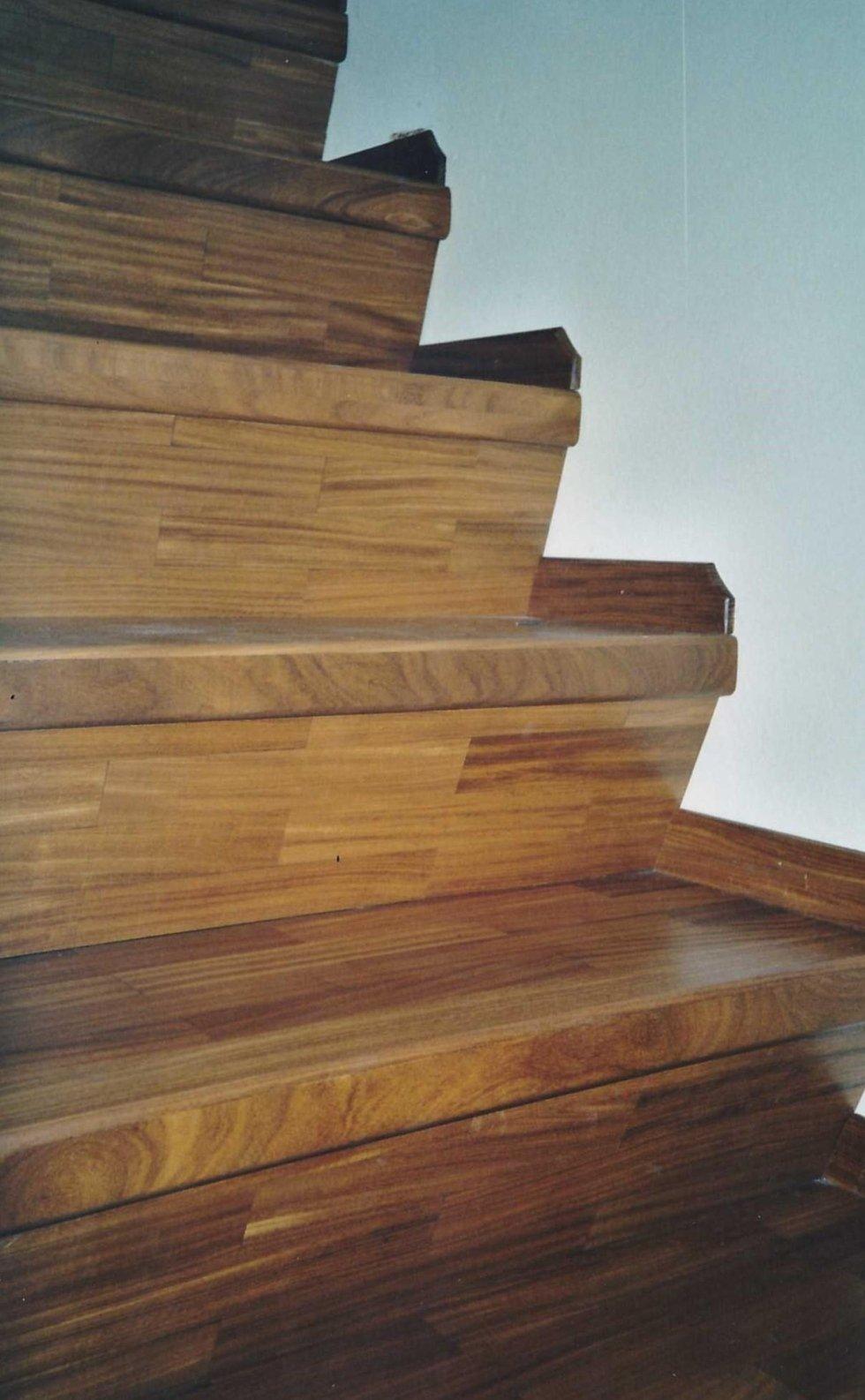 delle scale rivestite con delle assi di legno