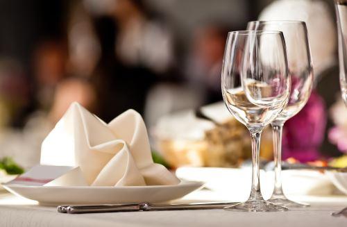 piatti sul tavolo con calici vuoti