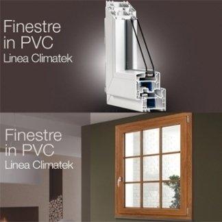 delle guide in PVC bianche e una finestra in legno