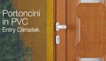 una porta marrone con una maniglia in acciaio