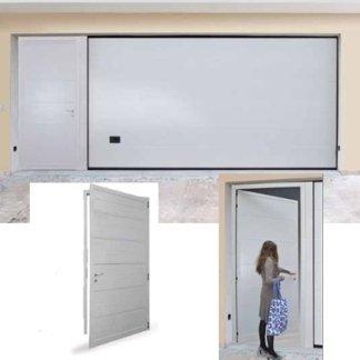 donna che apre una porta