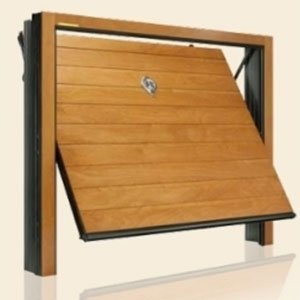 una porta in legno di un garage semi aperto