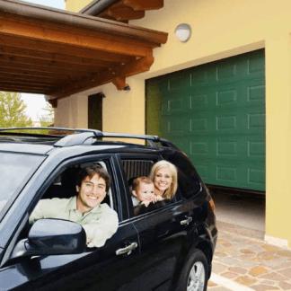 porta verde di un garage e una famiglia in macchina