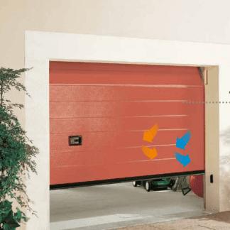 al porta di un garage color arancione con delle frecce blu e arancioni