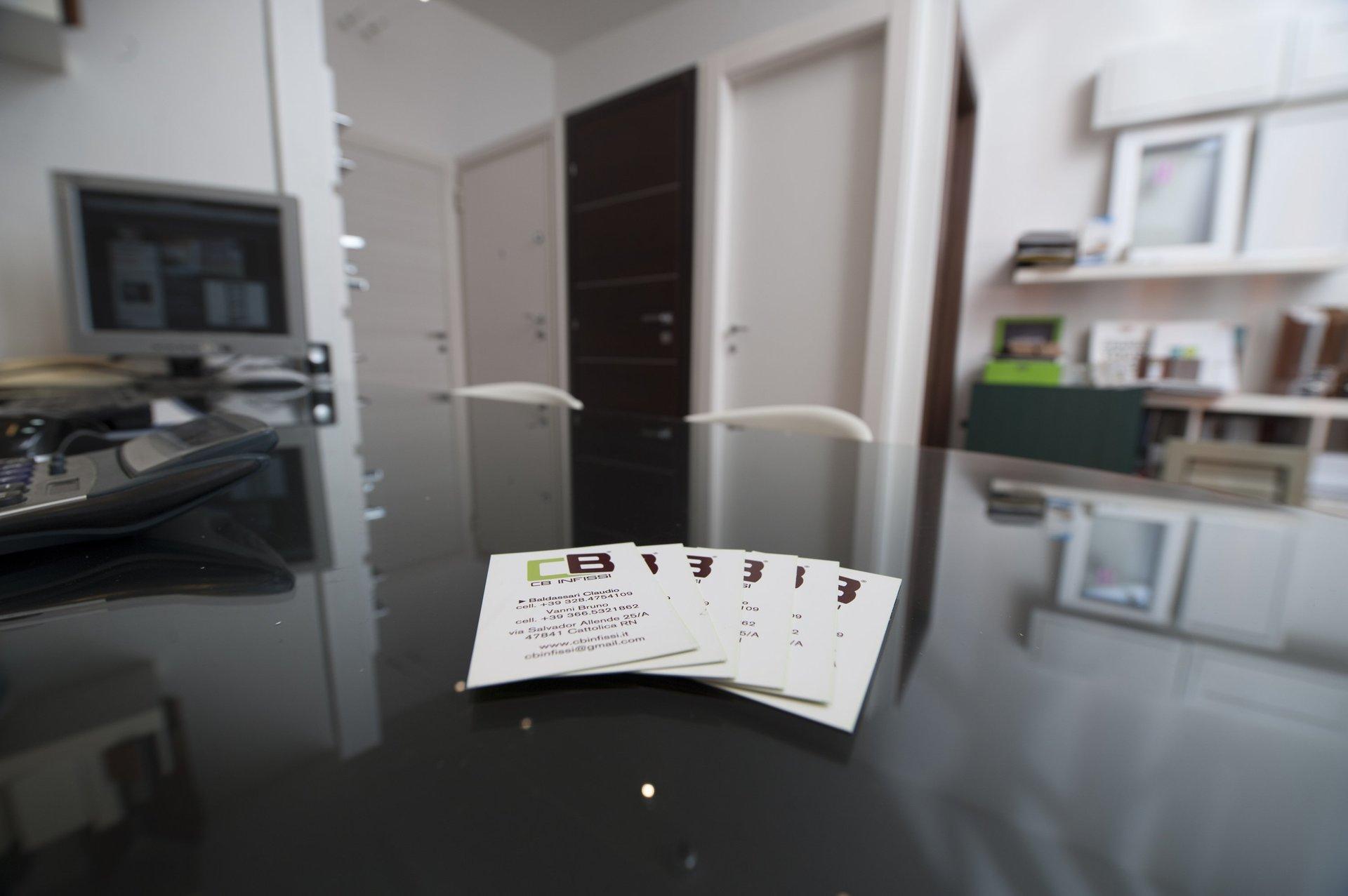 biglietti da visita su un tavolo