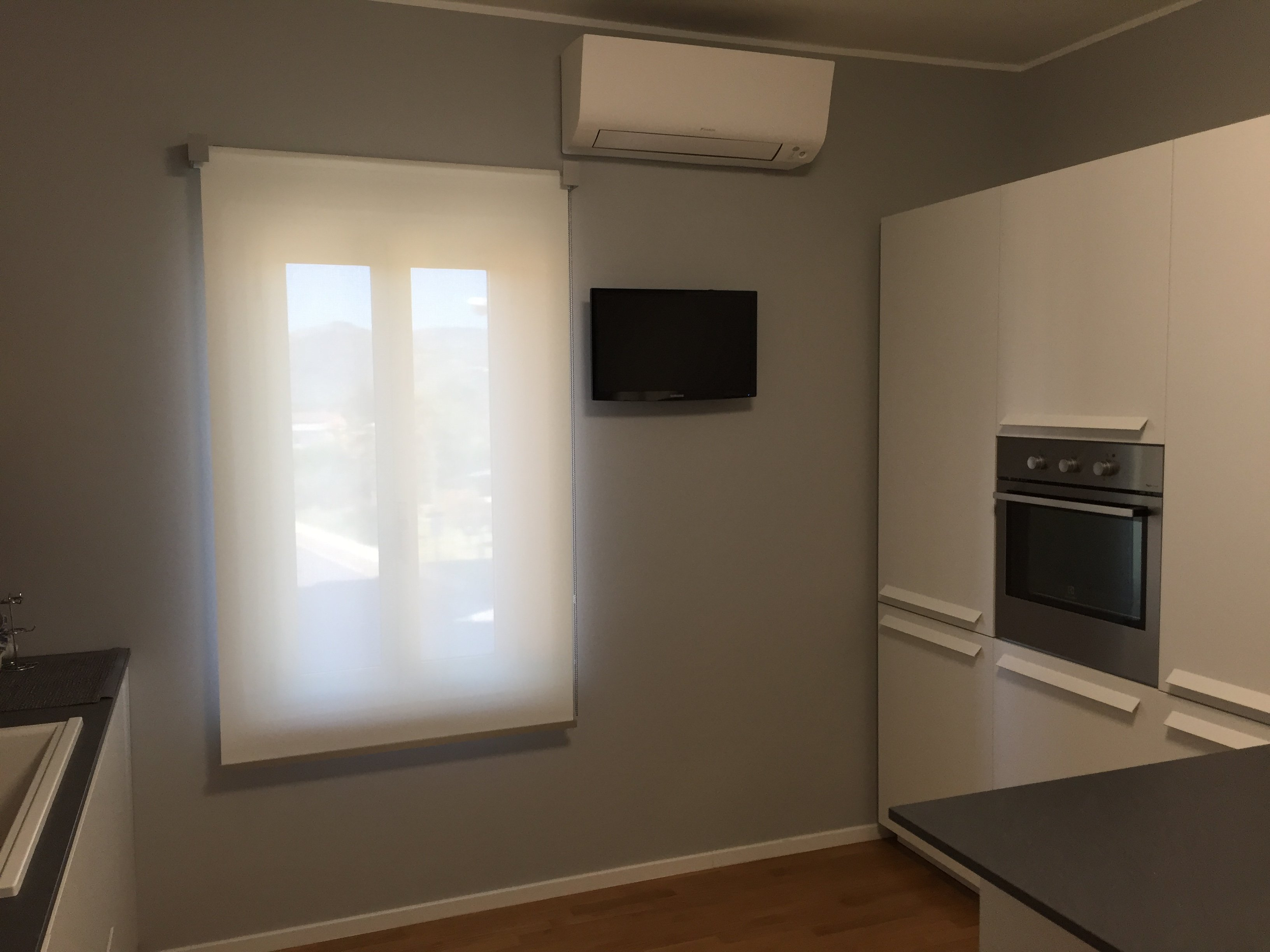 finestra con tenda quasi trasparente