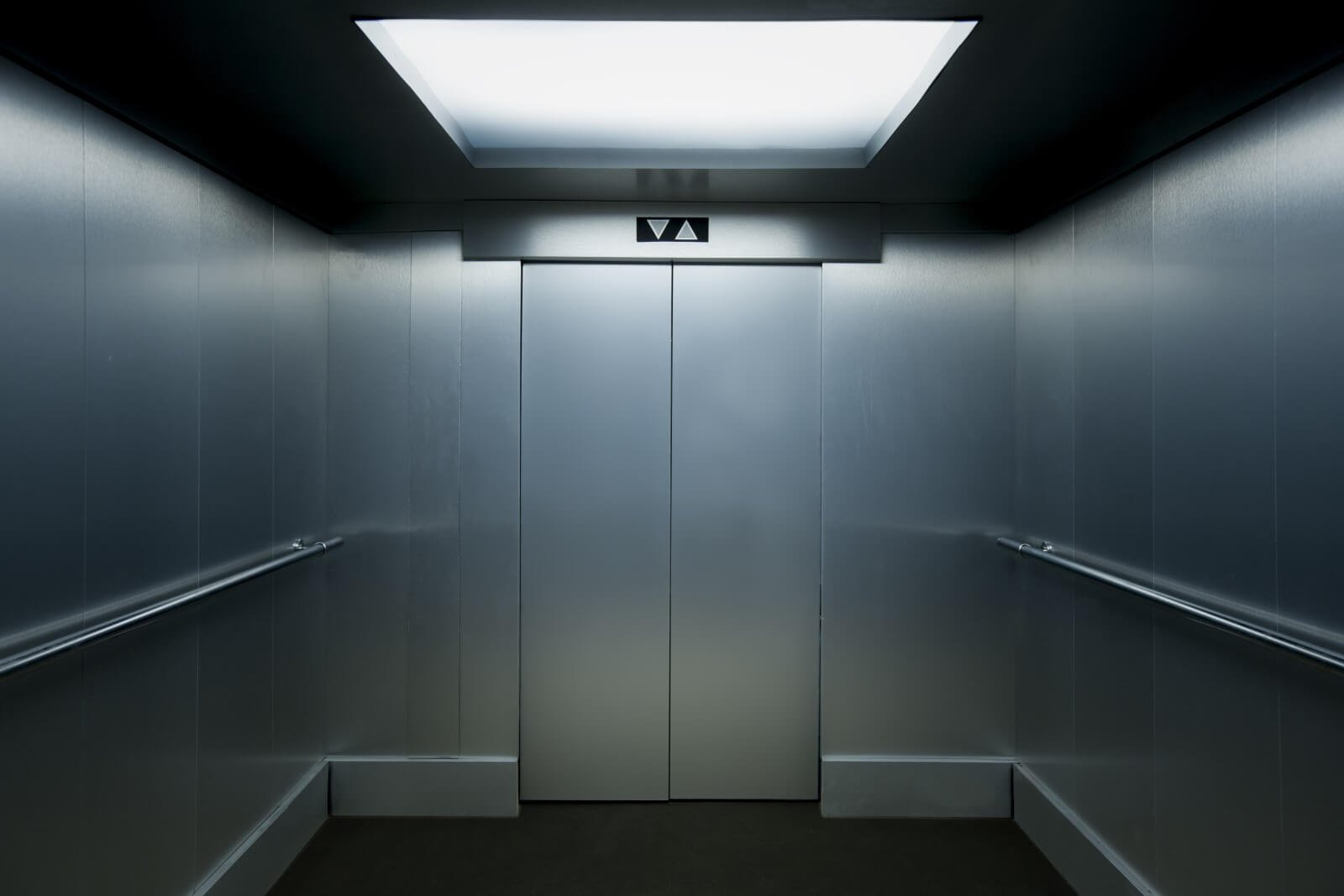 Interno di un moderno ascensore
