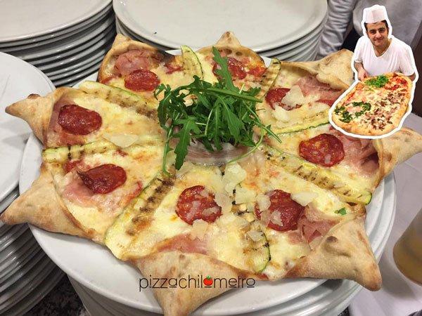 Una pizza a forma di sole con formaggio, salami e rucola in mezzo