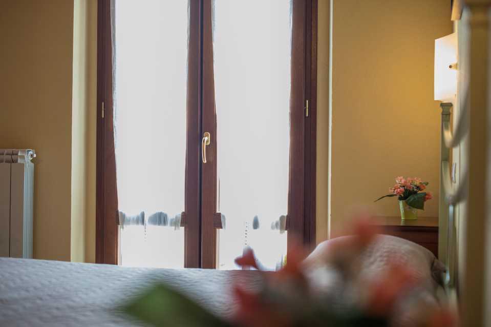 porta finestra in stanza da letto