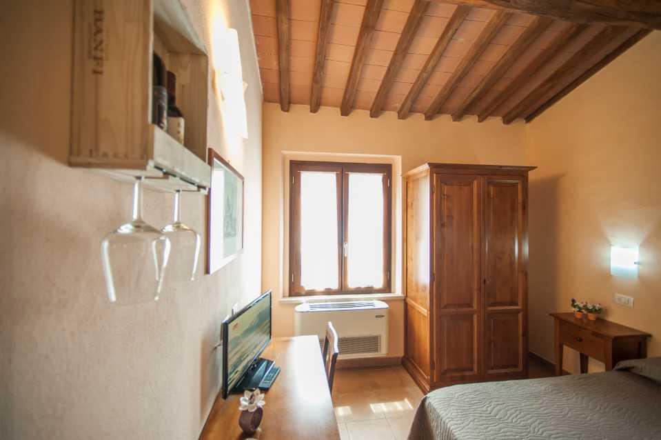dettaglio abitazione con calici per vino in primo piano