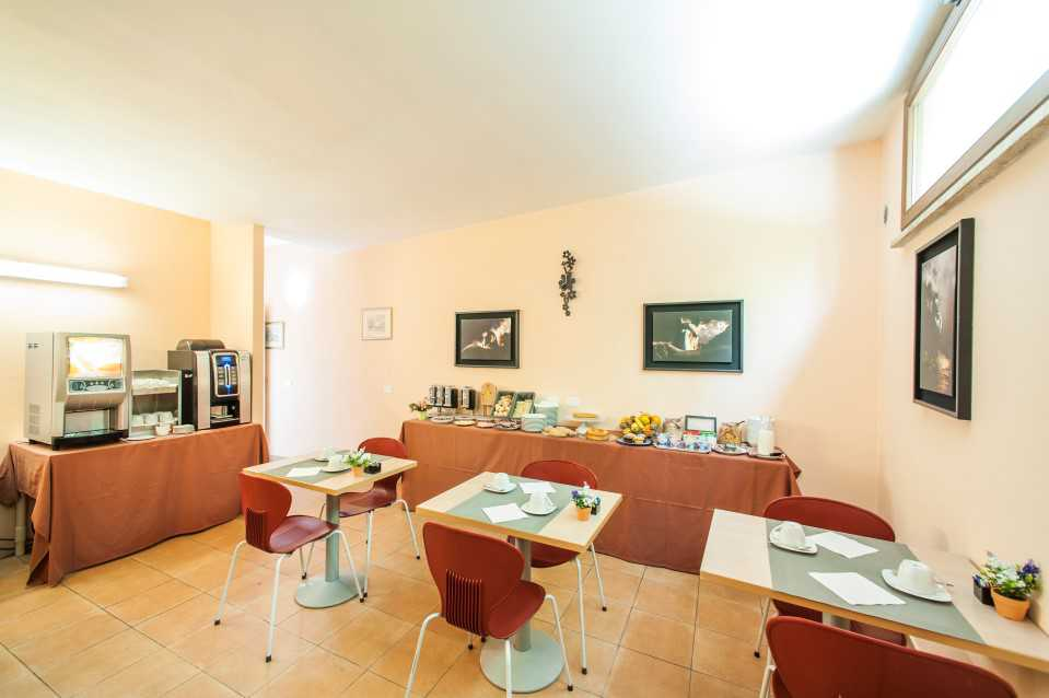 sala con tavoli  apparecchiati