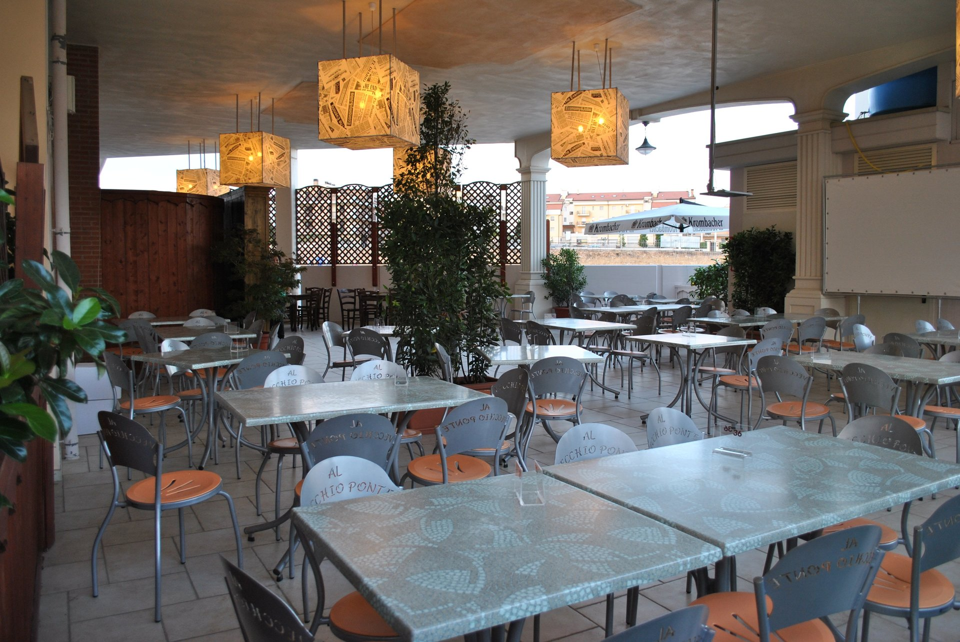 tavoli e sedie all'esterno del locale