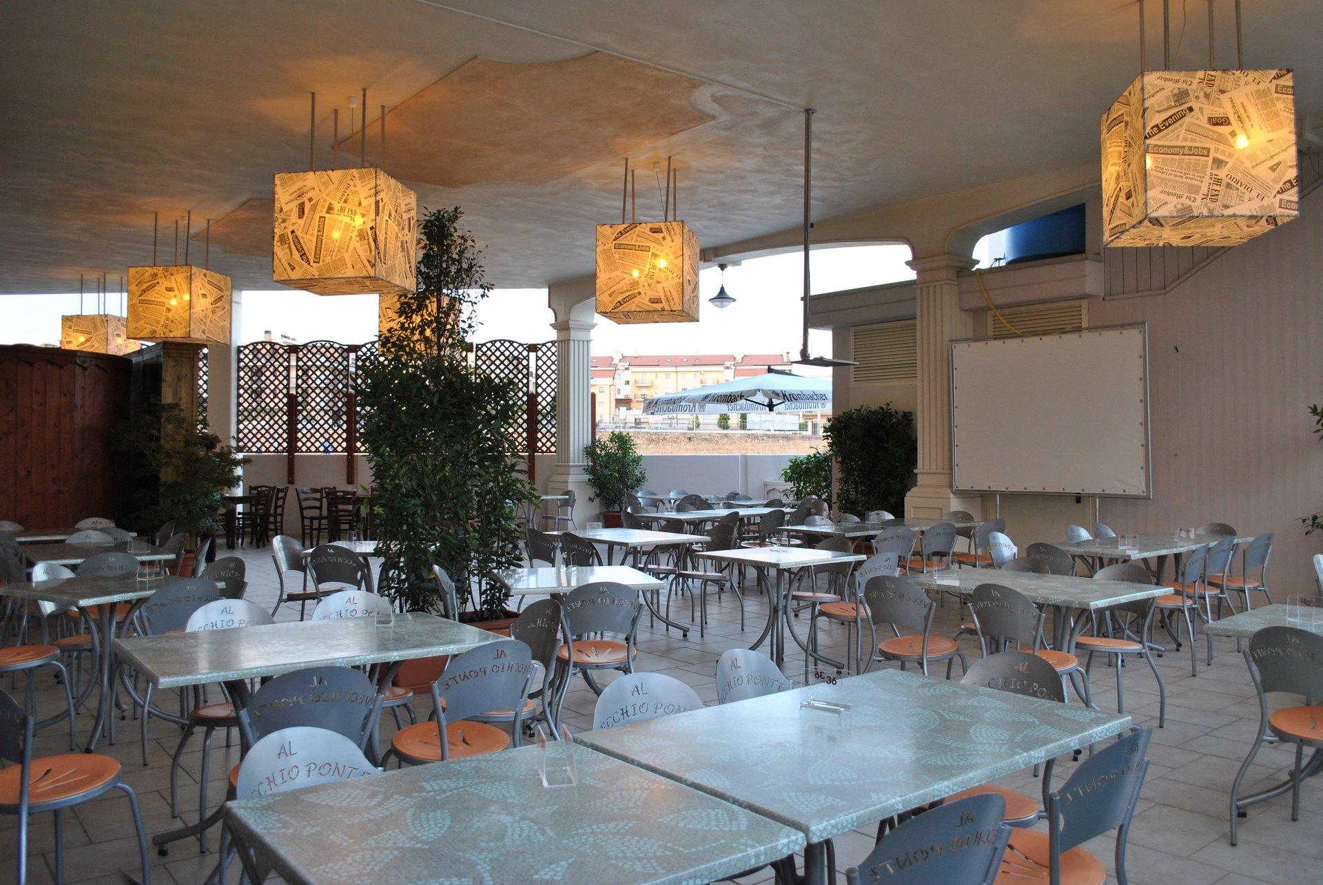 tavoli nella veranda esterna
